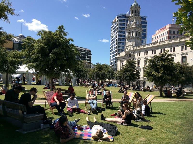 Jeune Aucklanders dans la place d'Aotea, Auckland Nouvelle-Zélande image stock