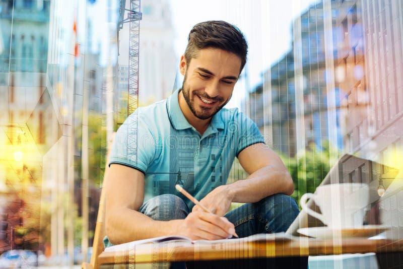 Jeune auteur doué finissant son livre et se sentant excité photos libres de droits