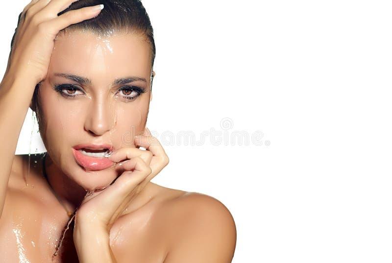 Jeune averse de femme de sensualité. Traitement de station thermale. Maquillage humide photographie stock libre de droits