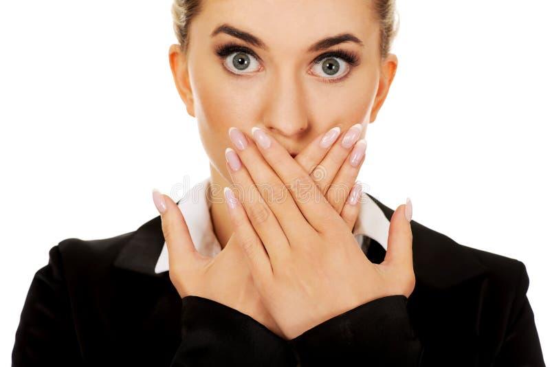 Jeune bâche de femme d'affaires avec la main sa bouche Ne parlez aucun concept mauvais images libres de droits