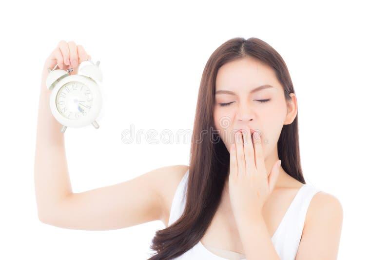 Jeune bâillement asiatique de femme de beau portrait se reposant avec somnolent d'isolement sur le fond blanc photographie stock libre de droits