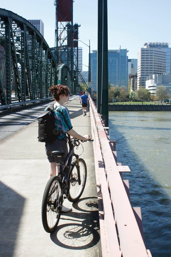 Jeune banlieusard féminin de vélo images libres de droits