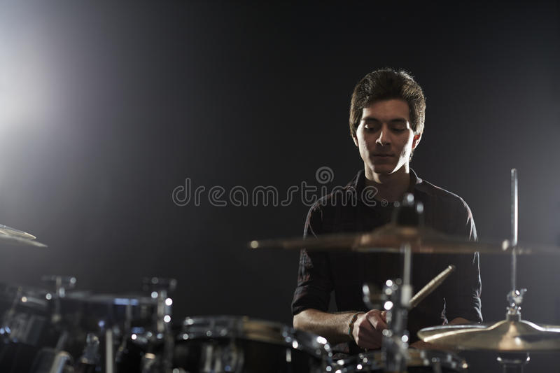 Jeune batteur Playing Drum Kit In Studio images stock