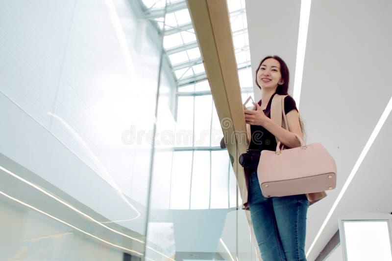 Jeune beau Asiatique de fille, centre commercial de fond ou centre d'affaires, vue du fond photographie stock libre de droits