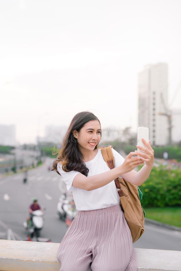 Jeune beau avec la longue femme de coiffure prenant le selfie extérieur images libres de droits