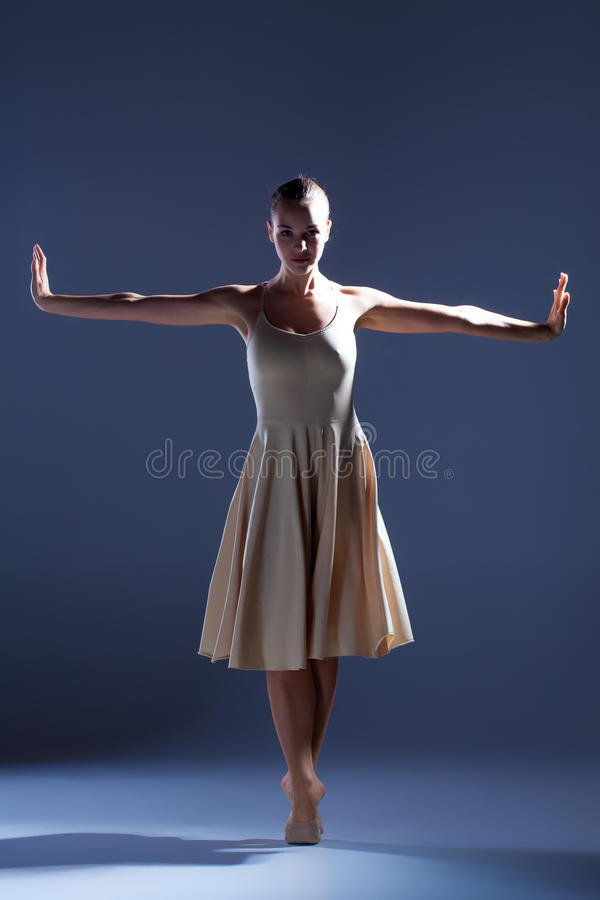 Jeune beau danseur dans la danse beige de robe dessus images libres de droits