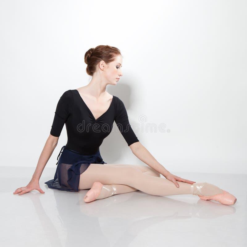 Jeune beau danseur posant sur un studio image libre de droits