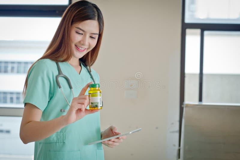 Jeune beau docteur féminin de sourire heureux montrant le secteur vide f photos libres de droits