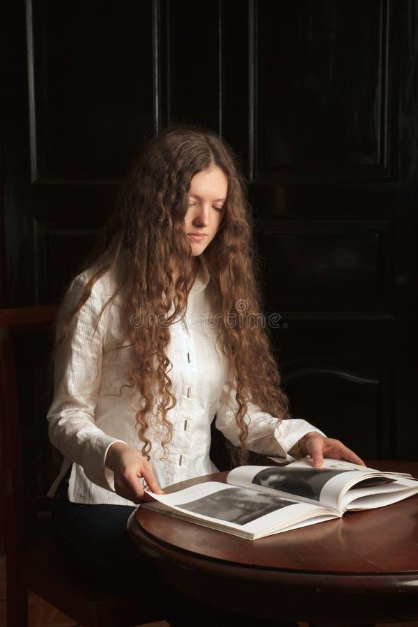 Jeune beau femme affichant un livre photos libres de droits