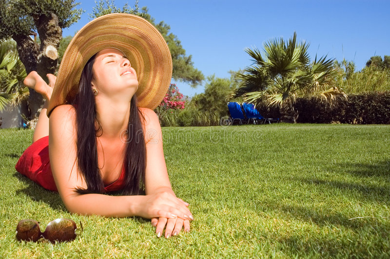 Jeune beau femme appréciant le soleil photo stock
