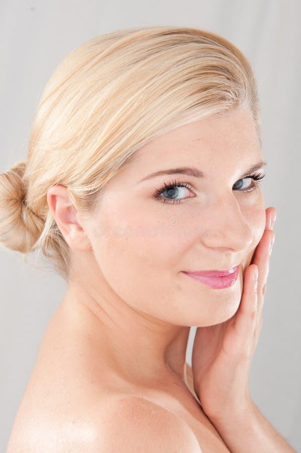 Jeune beau femme avec la peau saine pure image stock
