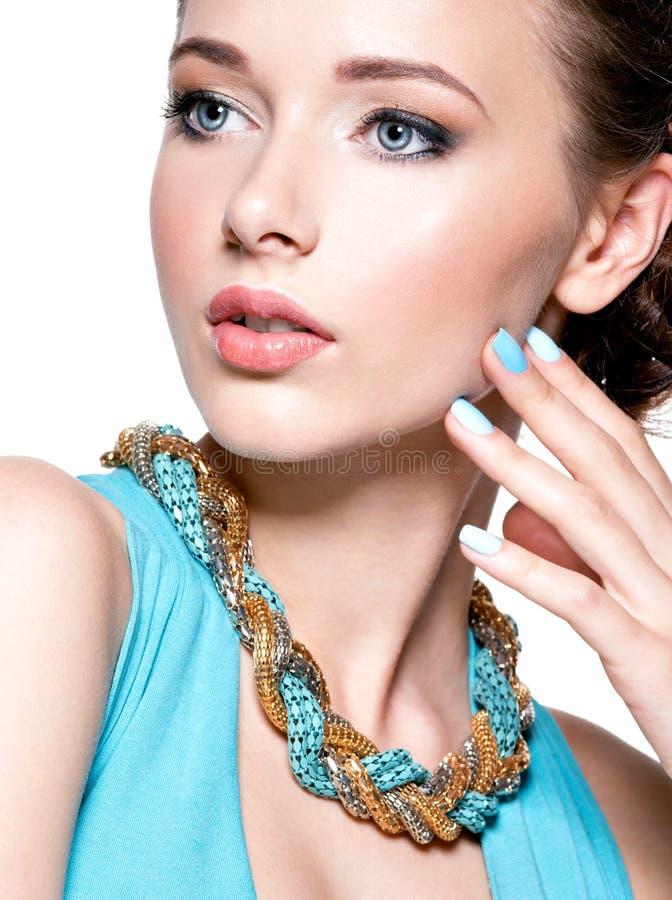 Jeune beau femme avec le bijou photos libres de droits