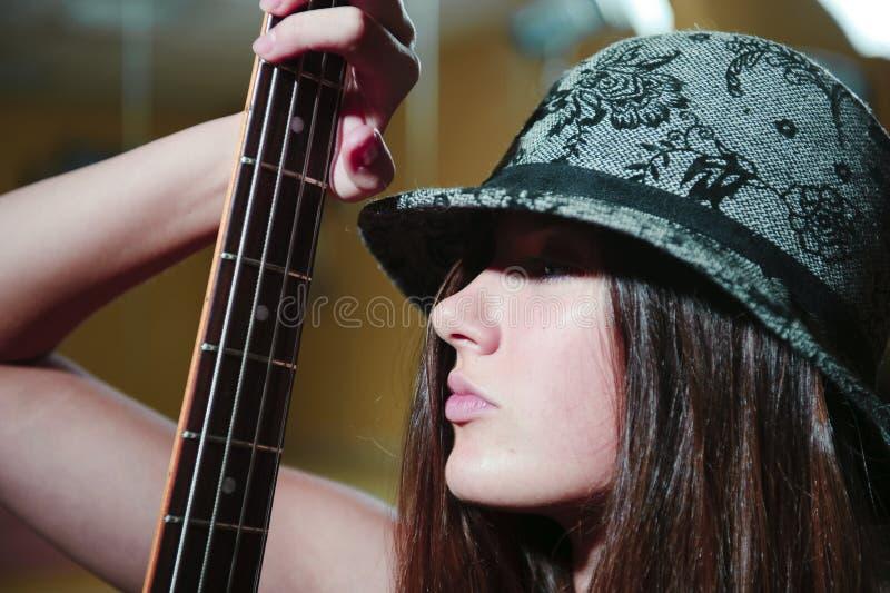 Jeune beau femme avec le guitare photographie stock libre de droits