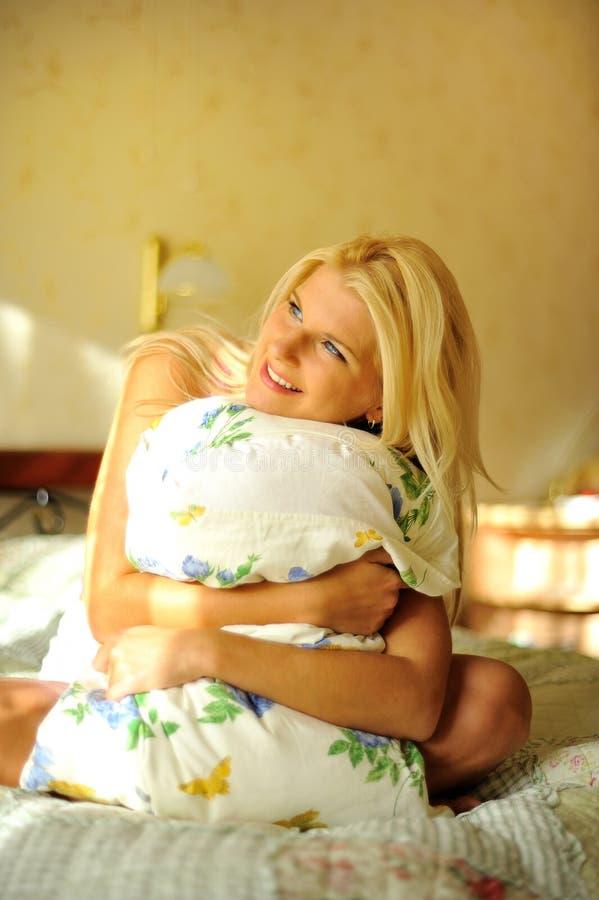Jeune beau femme avec un oreiller sur son bâti images stock