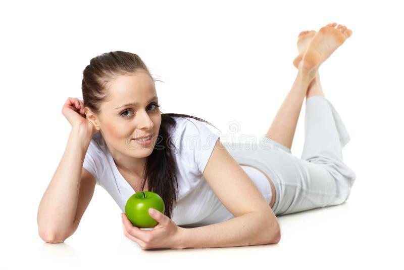 Jeune beau femme avec une pomme photographie stock libre de droits