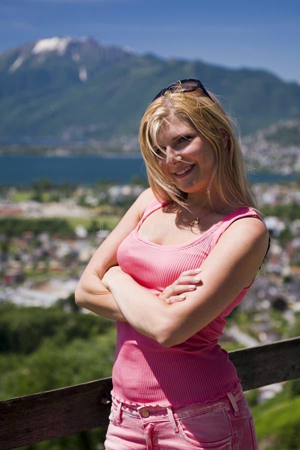 Jeune beau femme d'été à l'extérieur. montagnes image stock