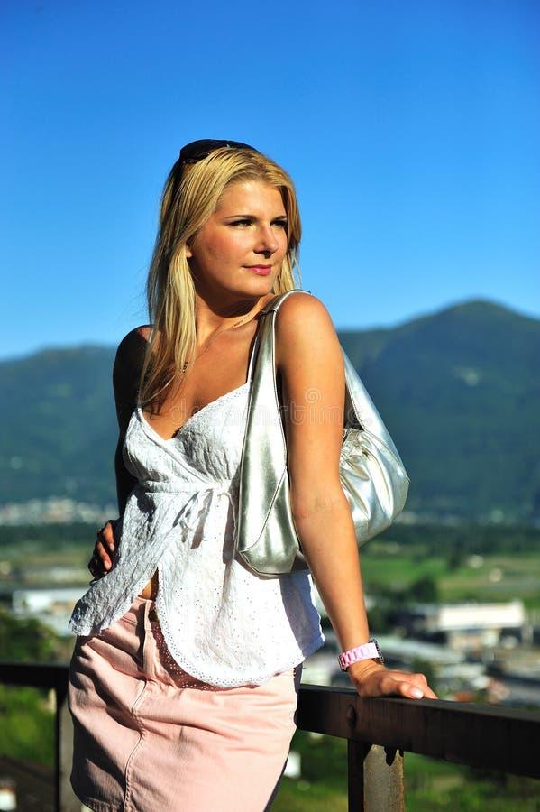 Jeune beau femme d'été à l'extérieur. montagnes photos libres de droits