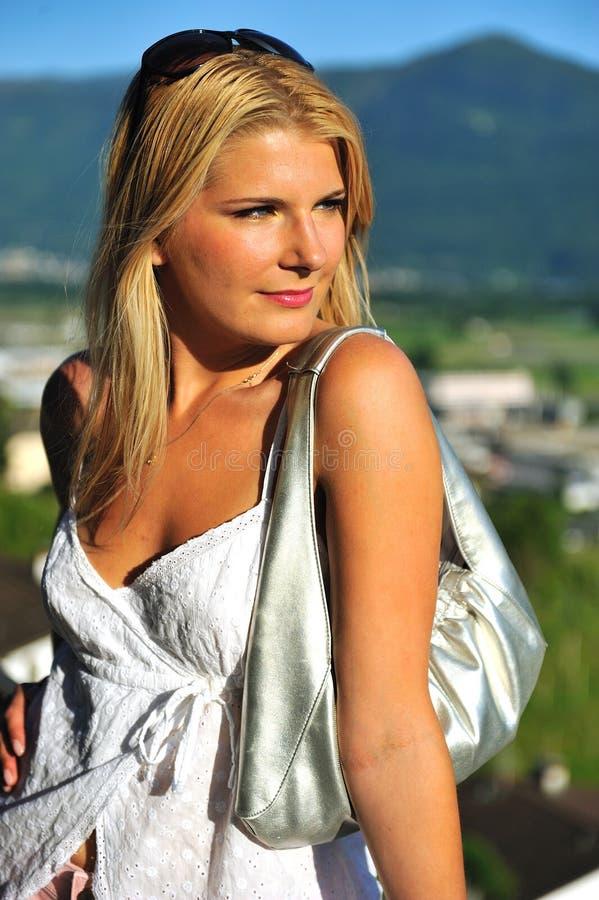 Jeune beau femme d'été à l'extérieur. montagnes photographie stock