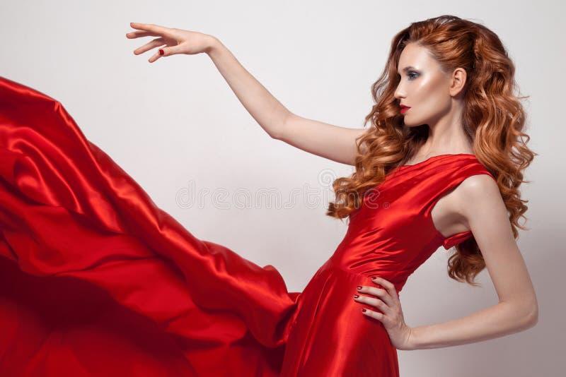 Jeune beau femme dans la robe rouge photos stock