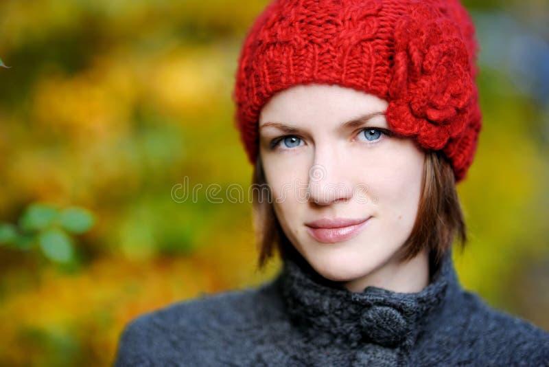 Jeune beau femme en automne images libres de droits