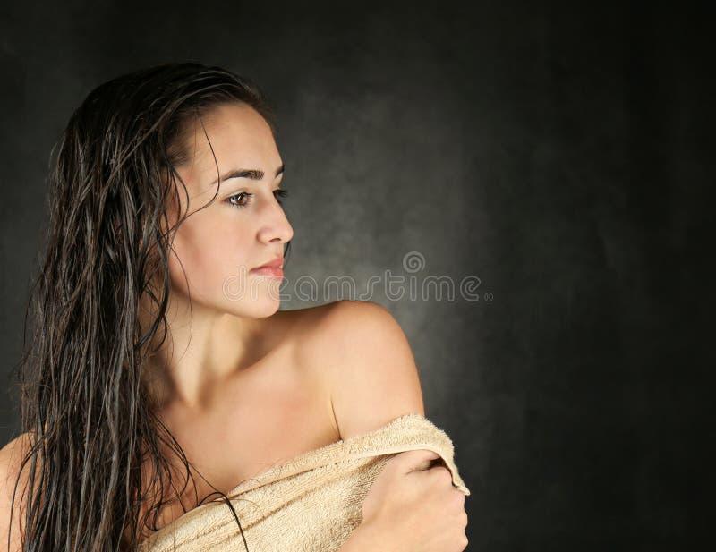 Jeune beau femme en essuie-main images libres de droits