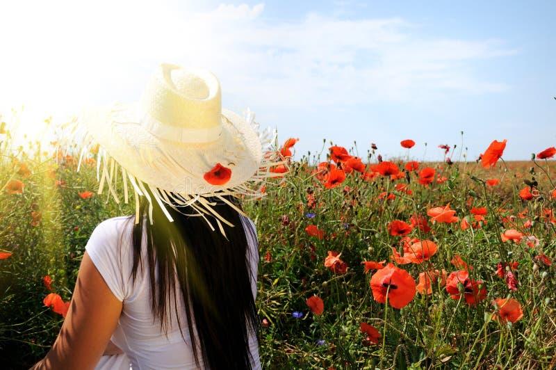 Jeune beau femme en fleurs de pavot photos stock