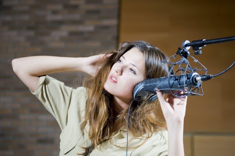 Jeune beau femme enregistrant le son image libre de droits