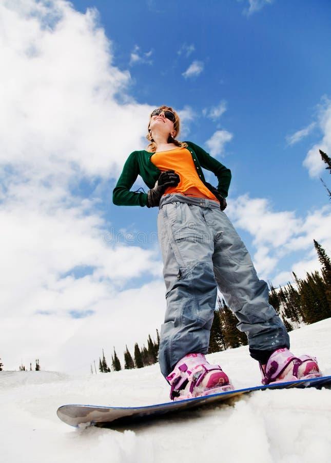 Jeune beau femme sur le snowboard images libres de droits