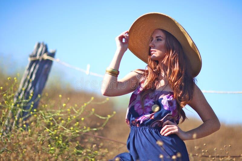 Jeune beau femme sur une zone en heure d'été images libres de droits