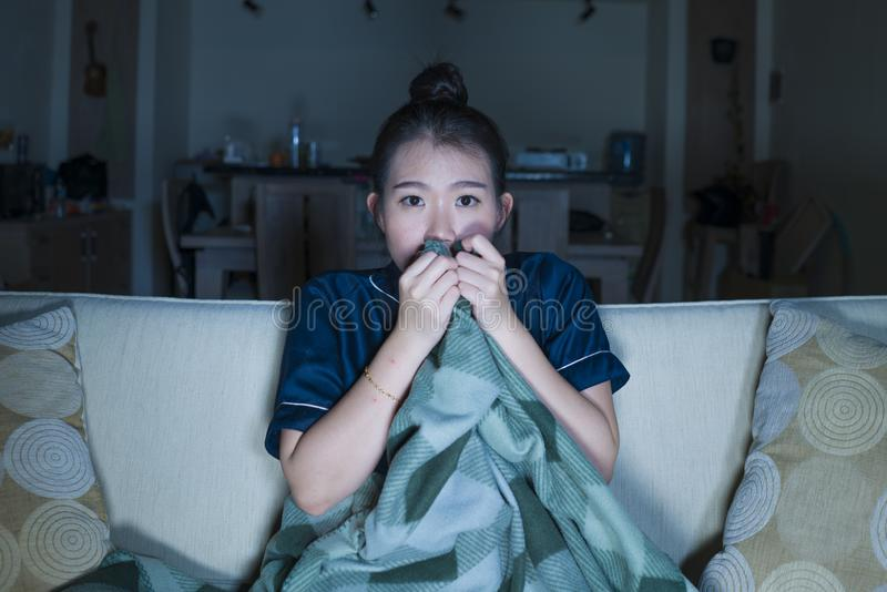 Jeune beau film ou thriller effrayant de observation effrayé et effrayé d'horreur de femme coréenne asiatique mangeant du maïs éc photographie stock