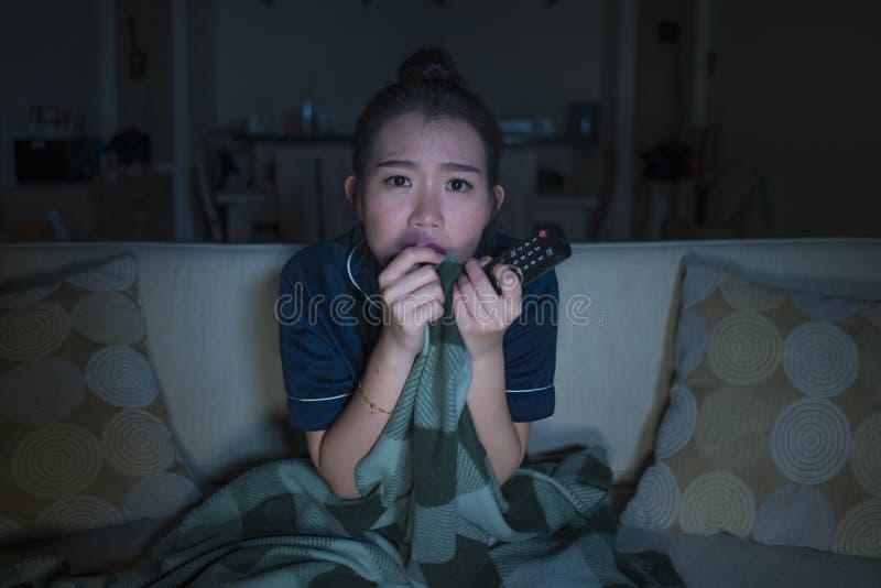 Jeune beau film ou thriller effrayant de observation effrayé et effrayé d'horreur de femme japonaise asiatique mangeant du maïs é photographie stock libre de droits