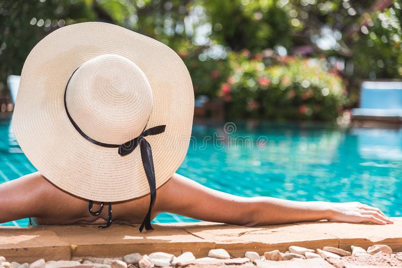 Jeune beau luxe arrière de femme et de chapeau dans le bikini photo libre de droits