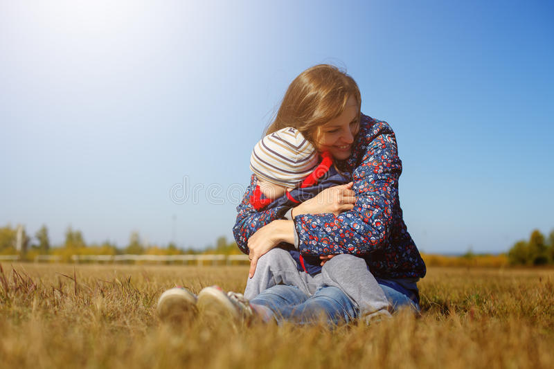 Jeune beau mather heureux avec le bébé sur la nature extérieure photographie stock
