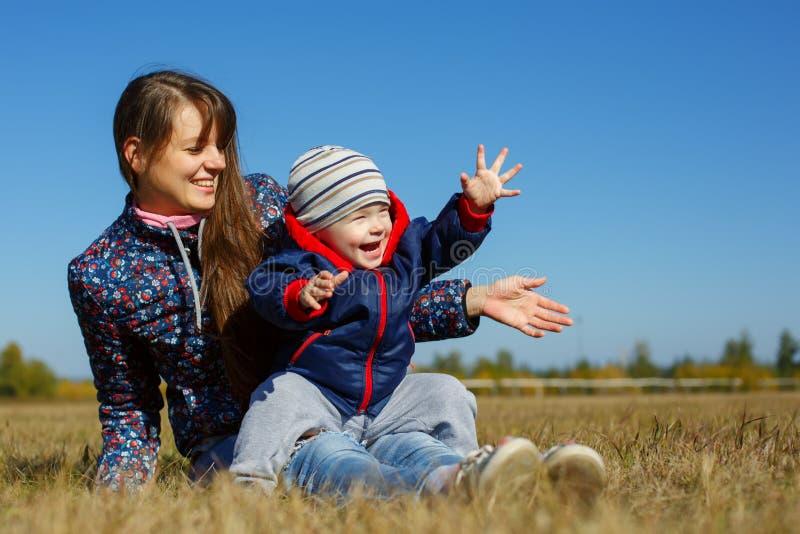 Jeune beau mather heureux avec le bébé sur la nature extérieure images libres de droits