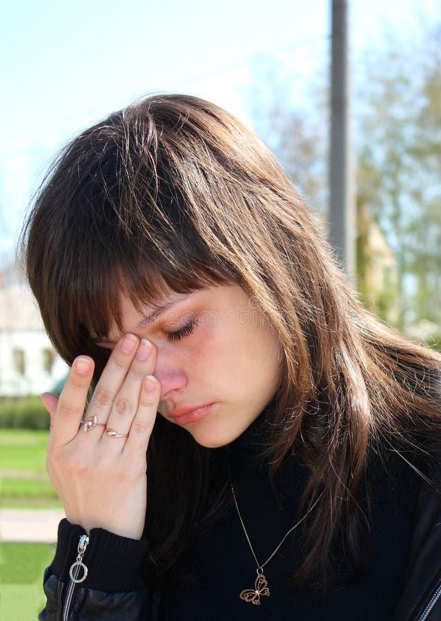 Jeune beau pleurer de fille. images stock