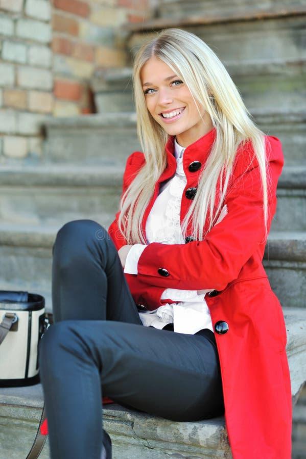 Jeune beau portrait de dame souriant dehors photographie stock libre de droits