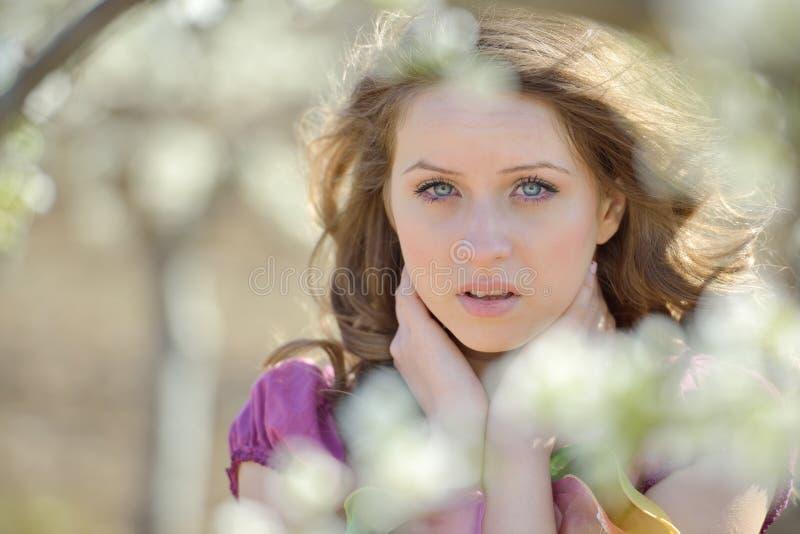 Download Jeune Beau Portrait De Femme Extérieur Image stock - Image du extérieur, rose: 56477471
