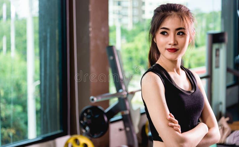 Jeune beau portrait heureux de sport de mode de vie de femme formant l'OE photos libres de droits