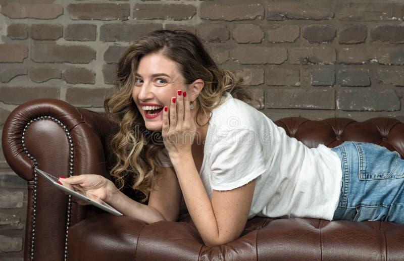 Jeune beau positif de sentiment de fille d'émotion d'expression de tablette de femme images stock