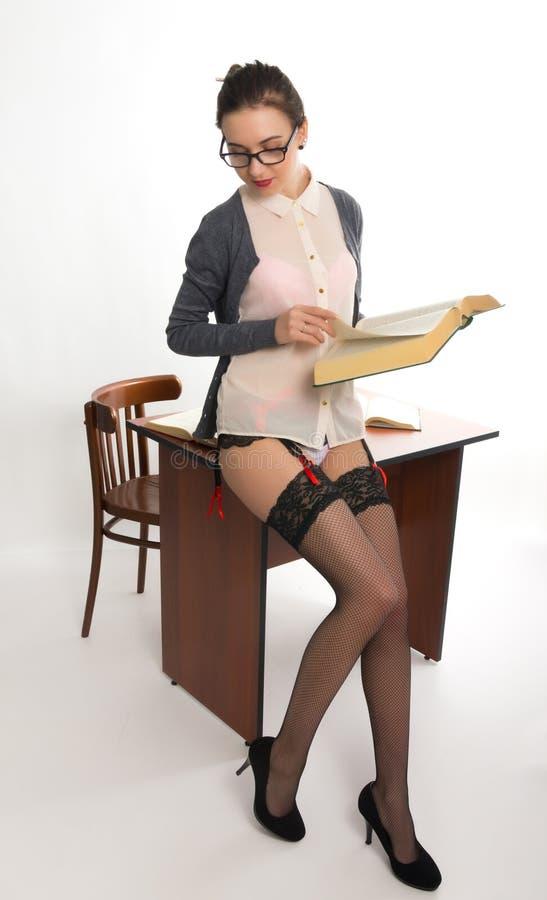 Jeune beau professeur féminin sexy se tenant après photo libre de droits