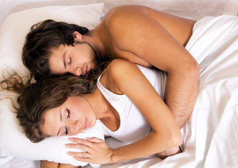 Jeune beau sommeil de couples photo libre de droits