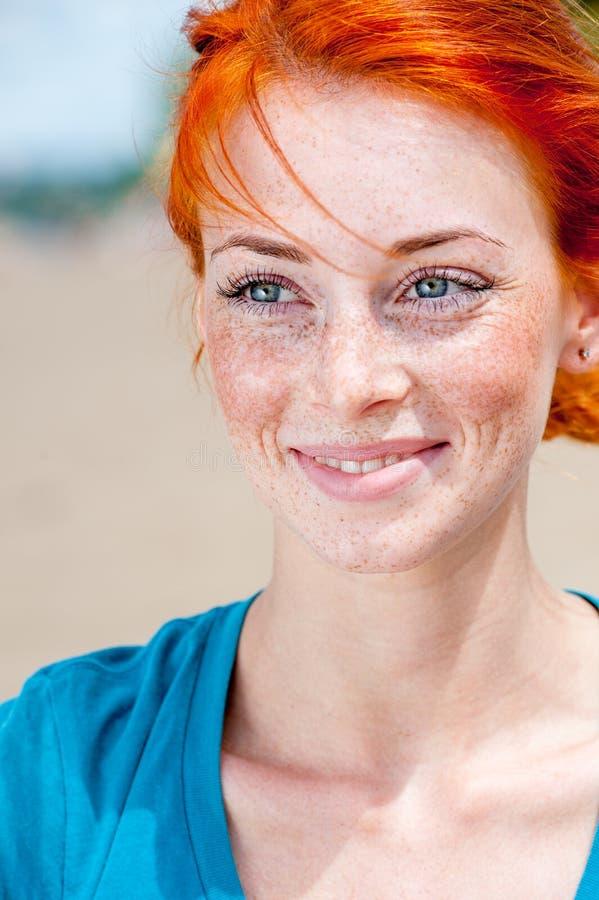 Jeune beau sourire couvert de taches de rousseur roux de femme photo stock