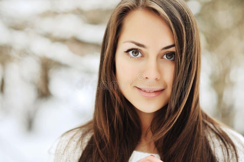 Jeune beau visage de sourire de fille - plan rapproché images stock