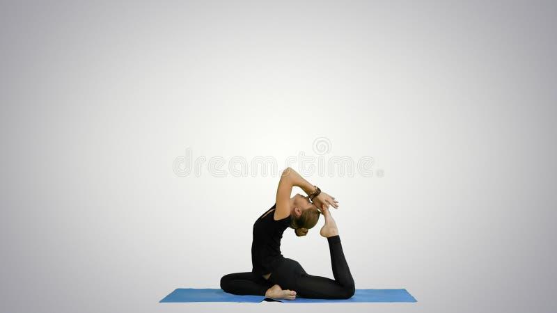 Jeune beau yoga posant dessus, s'étirant, yoga de pratique sur le fond blanc images stock