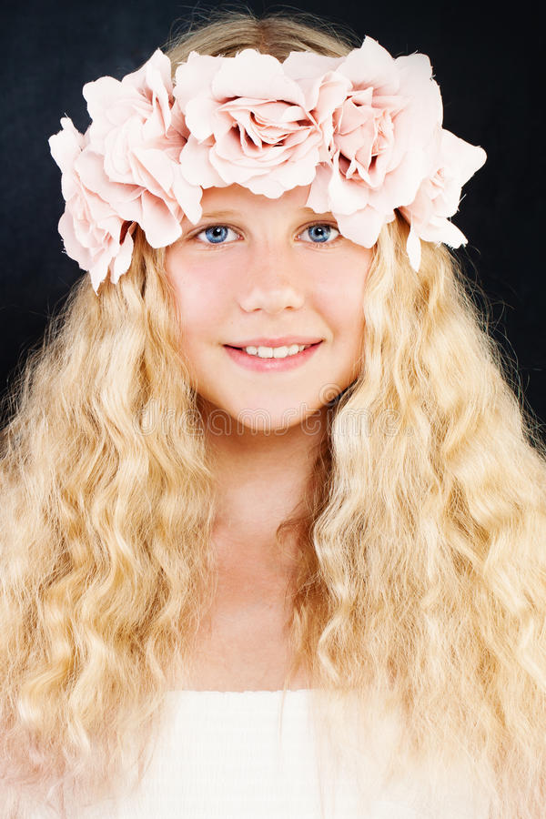 Jeune beauté Jeune fille avec de longs cheveux blonds et Rose Flowers images libres de droits