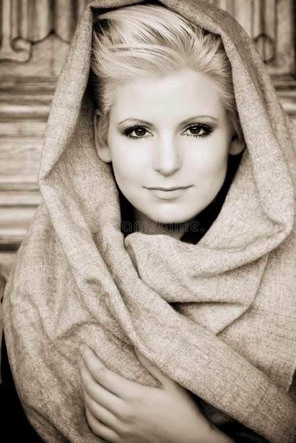 Jeune beauté s'usant le voile arabe images stock