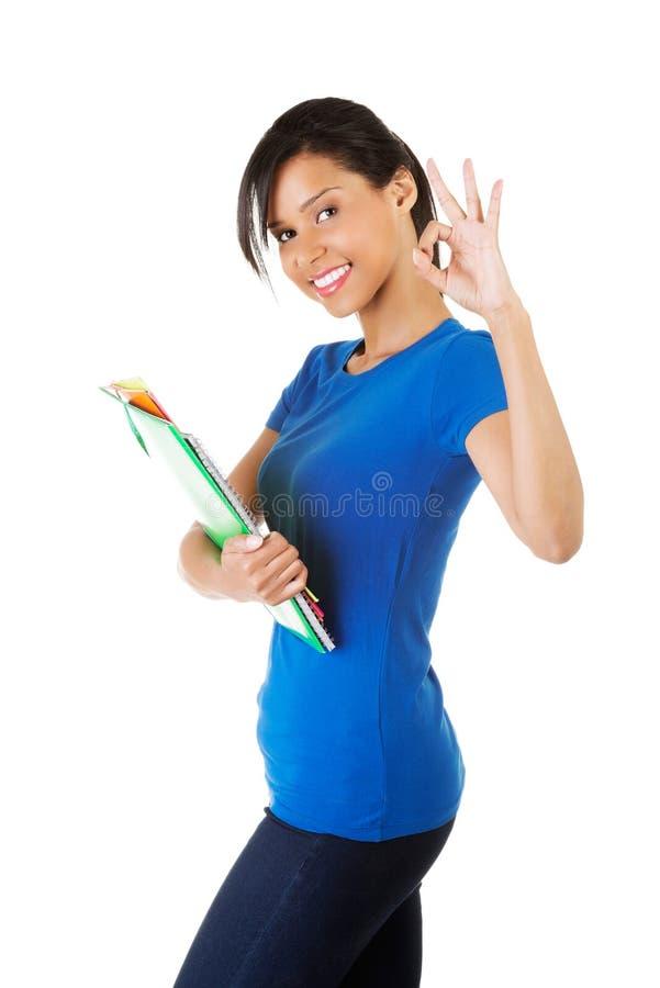 Jeune bel étudiant tenant des carnets images libres de droits