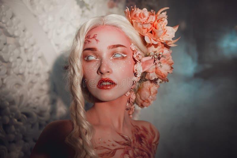 Jeune bel elfe de fille Maquillage et bodyart créatifs images libres de droits