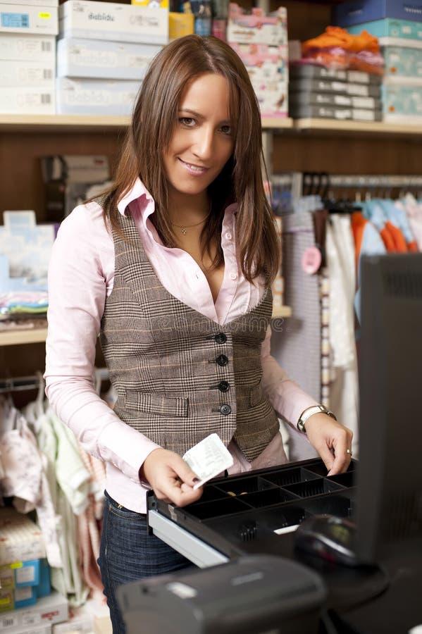 Jeune bel employé de magasin photographie stock