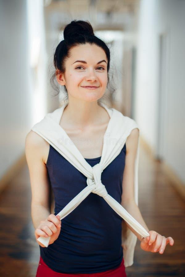 jeune belle étudiante riante de sourire de brune caucasienne blanche avec les cheveux foncés et les yeux bruns, se tenant dans le photo stock